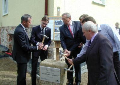 slavnostní zahájení stavby  - kladivo pro poklepání základního kamene